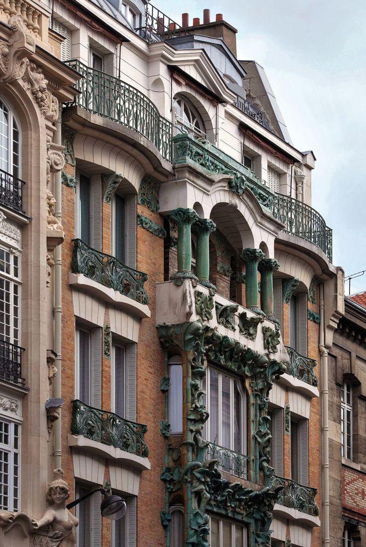 Une façade (faussement) végétalisée bien avant l'heure. Cet immeuble située au 14 rue d'Abbeville (10e arrondissement) pourrait être un modèle à l'heure où la mode est au tout-végétal! Sauf qu'ici, la végétalisation est en grès flammé. L'immeuble a été construit en 1901.