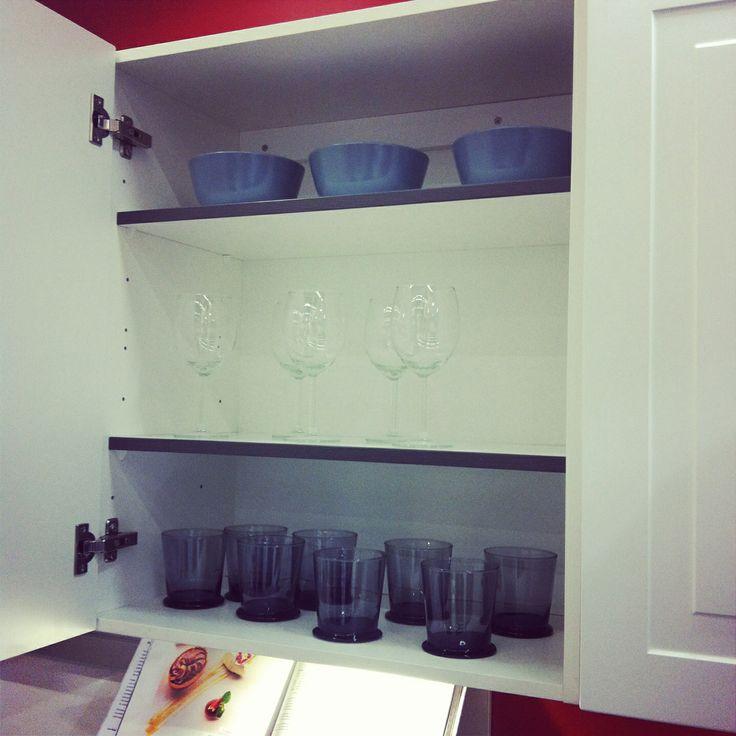 Hyllyn etureuna nauhoitettu samaan väriin #keittiö #charmia #kalustetukku  K