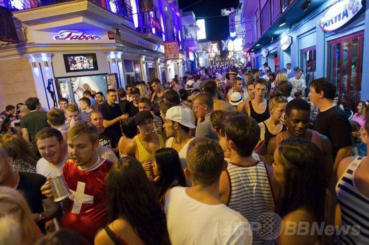 観光客でにぎわうスペイン・イビサ(Ibiza)島・サン・アントニ・デ・ポルトマニ(Sant Antoni de Portmany)の通り(撮影日不明)。(c)AFP/JAIME REINA ▼17Jan2014AFP|スペイン初、イビサ島に売春婦の共同組合が発足 http://www.afpbb.com/articles/-/3006646 #Ibiza #Sant_Antoni_de_Portmany #Spain