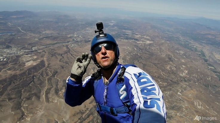American Luke Aikins leapt into the void at 25,000 feet on Saturday (Jul 30) with no parachute or wingsuit, becoming the first skydiver to land safely on the ground in a net.