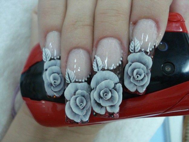 Nail art con bellissimi fiori grigi