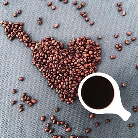 """""""А ведь иногда, чтобы почувствовать себя счастливым, достаточно всего-навсего чашечки горячего ароматного кофе в компании собственных мыслей..☕️© Олег Рой Всех с международным днем кофе!!☕️ •••••• Высококачественная классическая арабика на любой вкус доступна к заказу ☕️ ✖️Бразилия Сантос ✖️Колумбия Сьюпремо ✖️Колумбия Эксельсо ✖️Индия Плантейшн ✖️Эфиопия Мокко ✖️Антигуа Гватемала ✖️Гватемала Марагоджип ✖️Колумбия Марагоджип ✖️Колумбия без кофеина ☕️ А для любителей вкусняшки аром..."""