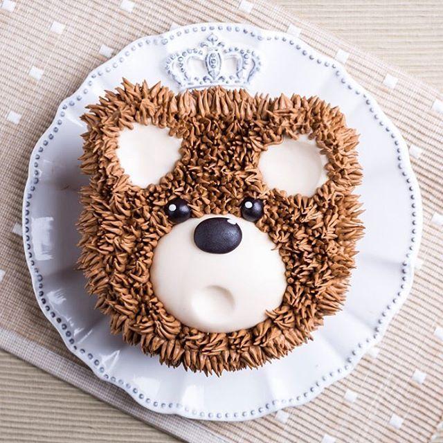 Furry Cake! Agora é a vez dos bolos peludinhos!!! Olhem só a fofura deste ursinho!!!❤ Foto @douglasdanielfotografia com @roselyribeiroestudio bicos @wiltoncakes #wilton #wiltoncakes #wiltoncakebrasil #wiltonclass #janainasuconic #furrycake #furrycakes #cakedesign #buttercream #buttercreamcake #buttercreamicing @puratos.brasil #puratosbrasil #puratos