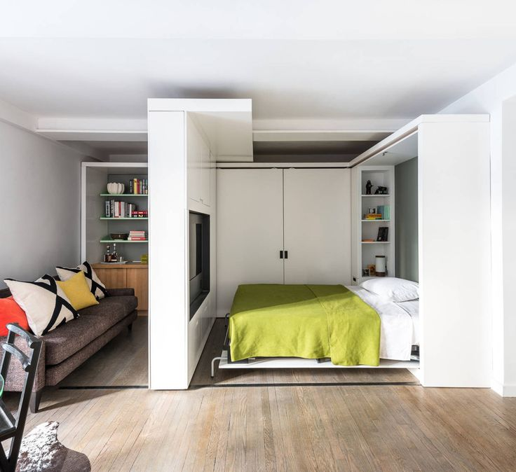 Подвижная, на направляющих, часть системы хранения (и ТВ-юнит) как перегородка между спальней и гостиной