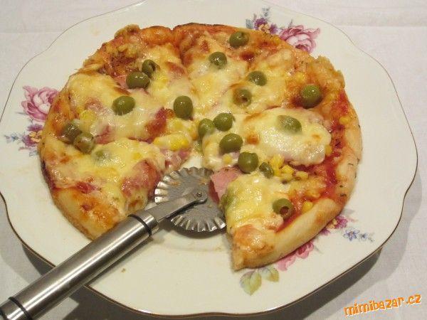 Neodolatelná pizza s postupem Těsto na 1 pizzu: 3/4 hrnku hladké mouky, 1/3 vlažné vody, 1/2 lžičky cukru, 1/2 lžičky soli, 1/2 lžičky sušeného droždí, 4 lžíce olivového oleje  POSTUP PŘÍPRAVY  Zaděláme těsto bez oleje - ještě musí lepit. PAk dáme 3 lžíce oleje a zapracujeme do těsta a nakonec zvrchu potřeme 1 lžící oleje a dáme kynout. Po vykynutí těsto rozprostřeme na plech a zdobíme podle chuti (kečup, sýr, salám, olivy, kukuřice....). Pečeme ve velmi vyhřáté troubě na 200°C cca 10minut.