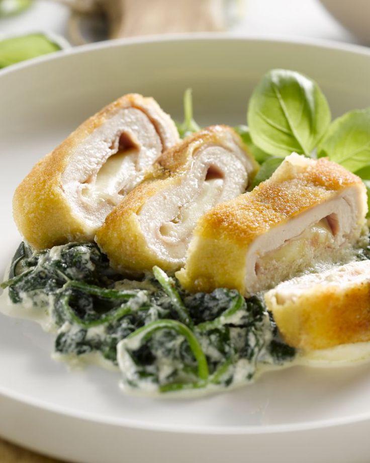 Deze cordon bleu van kip maak je gemakkelijk zelf, met een heerlijke vulling met ham en mozzarella. Daarbij komt romige spinazie met ricotta onder gemengd.