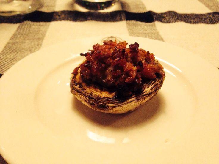 Gevulde champignon met bacon, steeltjes van de champignons, bos uitjes, paprika en knoflook.