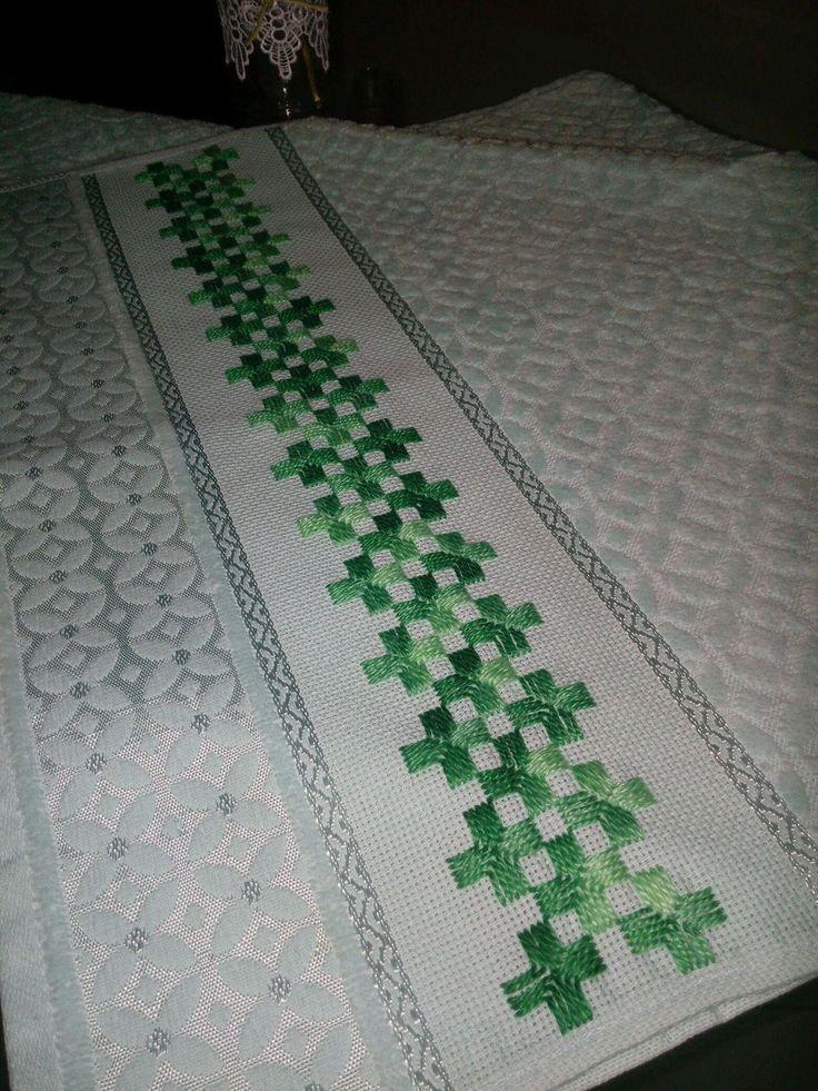 Conjunto de 2 peças da karsten, na cor verde, bordada à mão em Ponto Reto. Toalha de banho: 67 x 1,40cm Toalha de rosto: 49 x 80cm