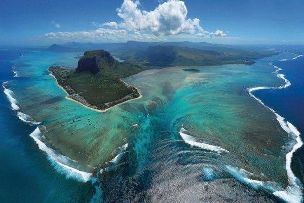 Уникальный подводный водопад в Индийском океане рядом с побережьем полуострова Ле-Морн-Брабан (Le Morne Brabant), Маврикий (Mauritius). Underwater Waterfall.