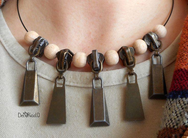 Girocolli rigidi - Girocollo con cursori delle zip e perle di legno - un prodotto unico di decoriciclo su DaWanda