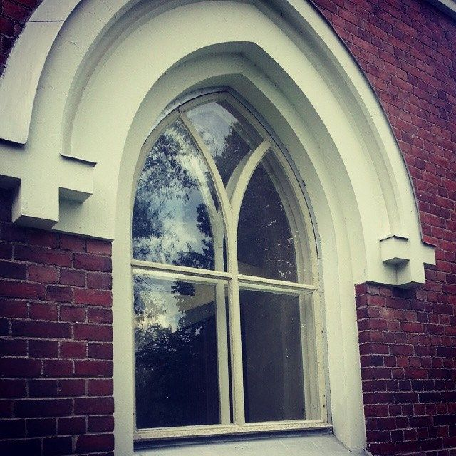 کلمه: پنجره. توضیح: سوراخی در دیوار، که شیشه دارد، میشه ازش بیرونو نگاه کرد.  مثال: از پنجره بیرون رو تماشا کن.  #learnpersian #zangefarsi www.zangefarsi.com