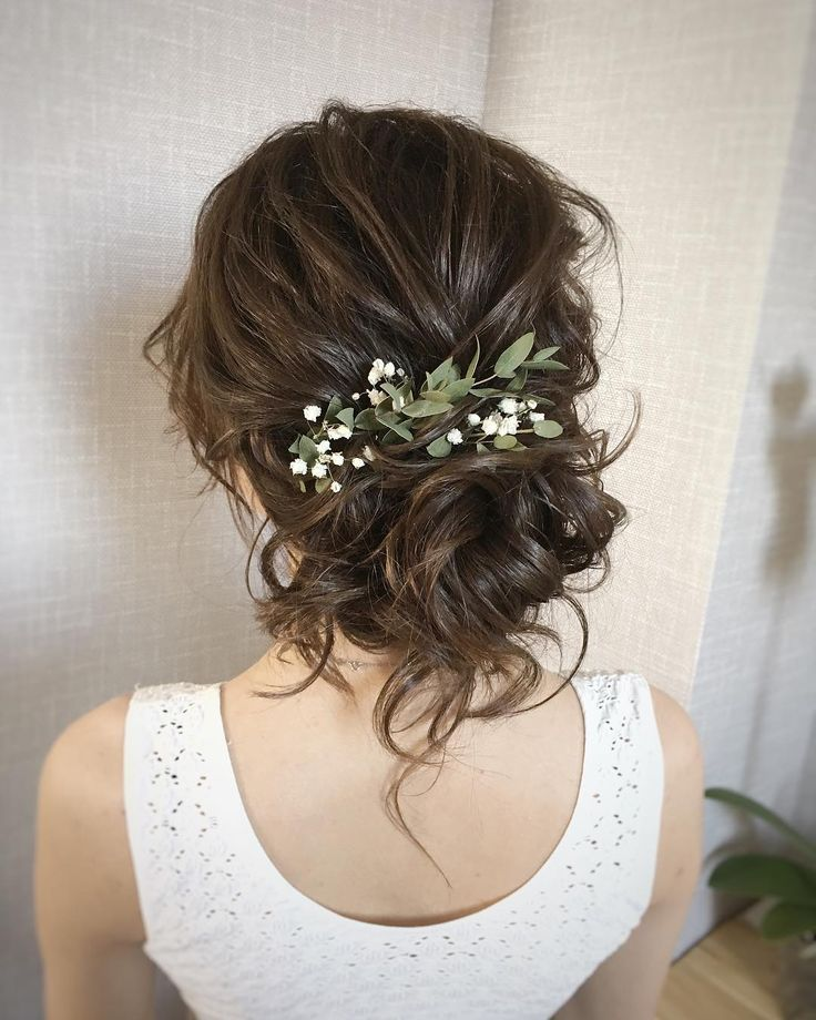 Brautfrisur mit frischen Blumen - Brautfrisuren - Ideen für Ihr Brautstyling für die Hochzeit - #Brautfrisuren #Brautstyling #Braut #Dein