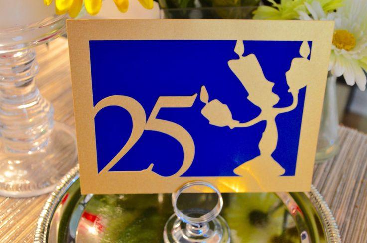 Adornan sus mesas y centros de mesa con un poco de magia de cuento de hadas con nuestra belleza y los números de tabla de la bestia. Nuestra silueta de Lumiere y tabla número delicado corte de cartulina metálica nacarado oro y adherido a la cartulina azul para crear una obra verdaderamente impresionante de arte de la tabla. Cada número de la mesa es reversible, con las imágenes de corte exactas en el reverso por lo que son accesibles desde múltiples puntos de vista.  Diseñados para coordinar…