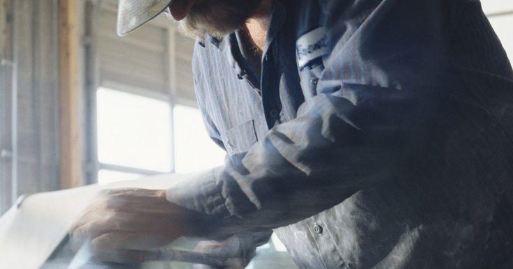 Trucos para pintar franjas en automóviles. La técnica conocida como pinstriping consiste en agregar líneas muy delgadas de pintura o de cinta que normalmente se aplican a la superficie pintada o terminada de una tabla de surf, motocicleta, un camión, bote, automóvil u otro artículo. Las franjas se hacen para agregar un elemento decorativo y para crear un diseño personalizado. Se requiere ...