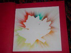 Herfstblad op een wit blad leggen, met krijt de randen volgen en uitvegen.