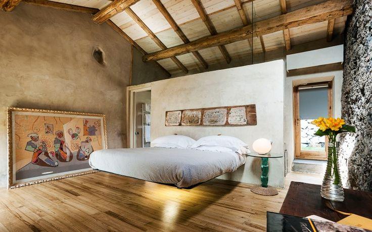 Aan de oostkust van Sicilië ligt Monaci Delle Terre Nere, een achttiende-eeuwse villa, omgetoverd tot een stijlvol ingericht hotel met dertien kamers...