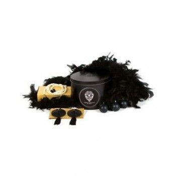 Cofanetto Regard Indiscret by Bijoux Indiscrets comprendente copricapezzoli in cuoio, cintura-collana di finte perle bianche, boa di piume nere e 3 candele nere