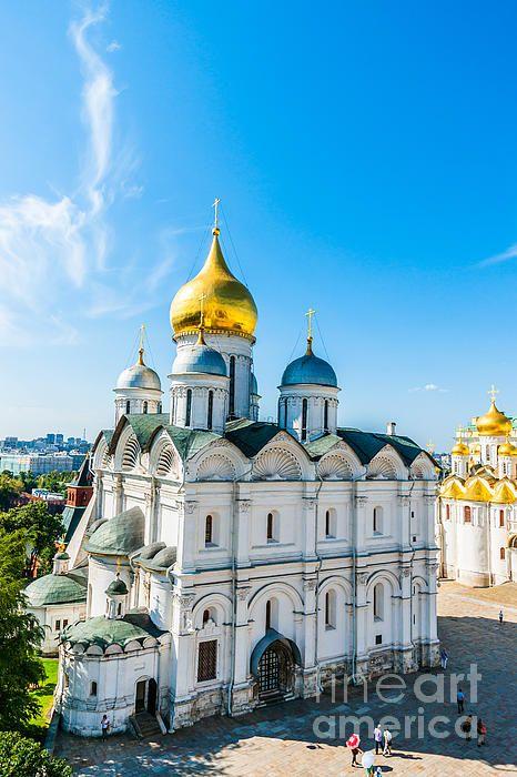 モスクワ中心部のクレムリン内部にあるブランゴヴェシチェンスキー聖堂は金色に輝く9つの玉ねぎ型のドーム。ロシア 旅行・観光のおすすめ見所!