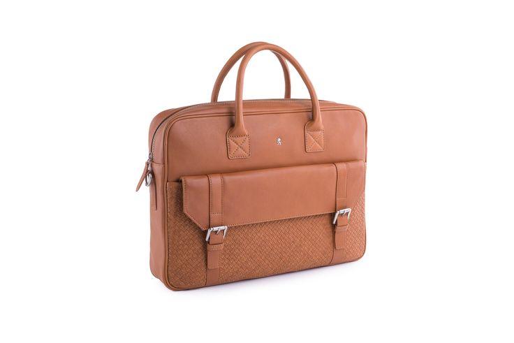 http://www.blazek.cz/panska-taska-casual-barva-hneda-117997.html  Neformální pánská briefcase je vyrobena z jemné hovězinové usně v odstínu brandy. Přední nakládaná kapsa z ručně proplétané usně je nejvýraznějším detailem této jinak klasicky tvarované tašky. Hlavní vnitřní prostor zapínaný na zip je vybaven několika vnitřními kapsami na drobnosti. Odnímatelný a nastavitelný textilní popruh o maximální délce 140 cm pak slouží k nošení přes rameno.