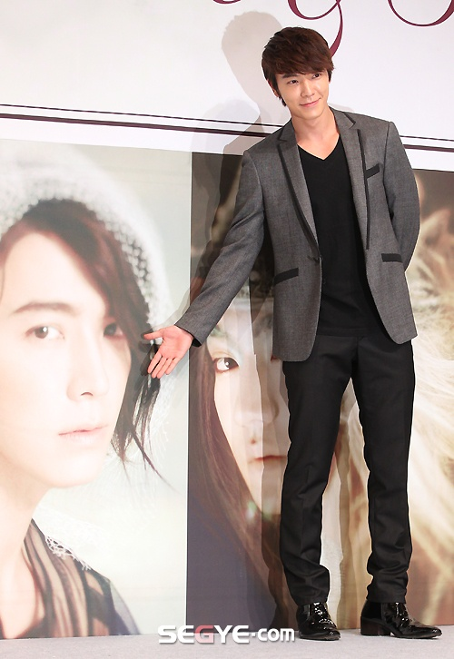 Donghae at the press release for Super Junior's 6th album 'Sexy, Free & Sing  E'  #donghae #superjunior: Kpop