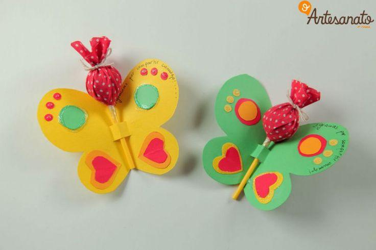 Uma ótima dica de decoração simples para mesa de aniversário são as borboletas que carregam os pirulitos. Um artesanato bem fácil e barato que pode ajudar na hora de enfeitar a festa das crianças, confira! Materiais: Tesoura Cartolina Canetinha Pirulito