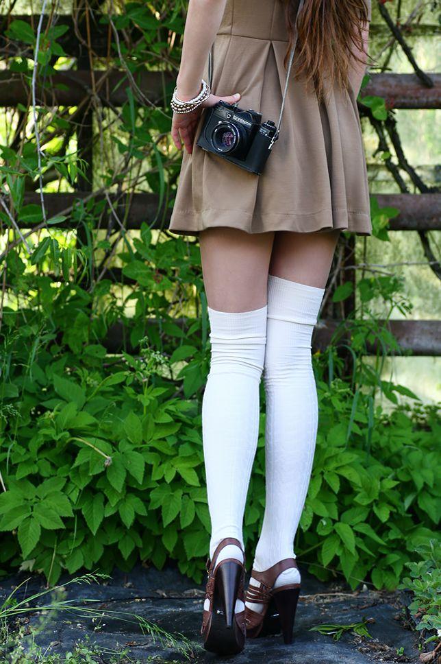 Rozkloszowana sukienka i jasne zakolanówki | Ari-Maj / Personal blog by Ariadna Majewska