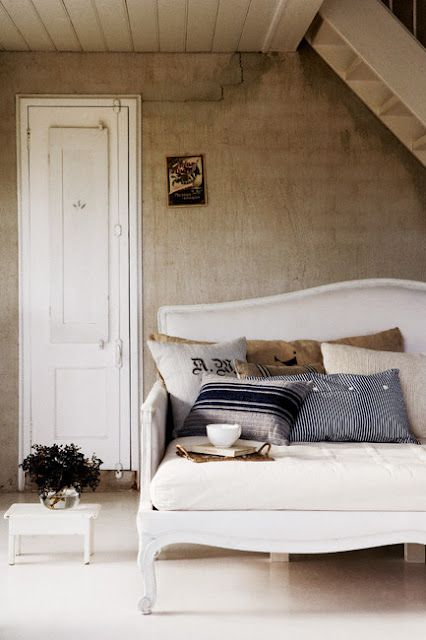 Little Emma English HomeInspiration, French Interiors, Reading Book, Living Room Design, Interiors Design, Cushions, Daybeds, Cozy Bedrooms, English Home