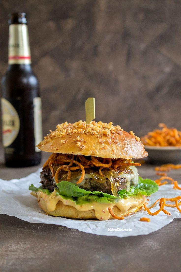 Beef Burger mit Chilli-Mayonnaise, Süßkartoffeln und Brioche Bun mit Baconbrösel. #burger #beef #buns | malteskitchen.de