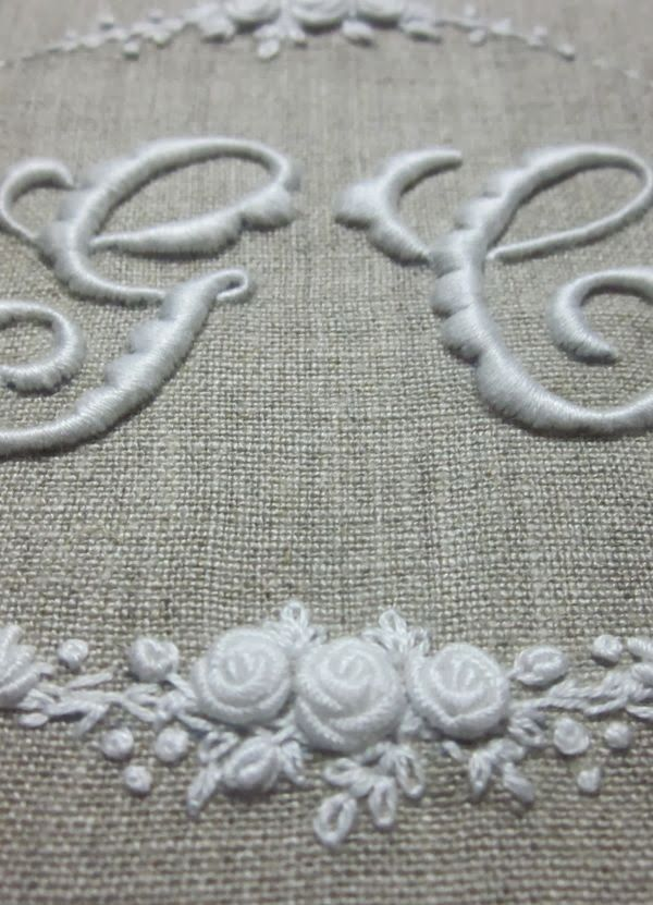GC is dedicated to the experiment in white (blanc) on raw linen