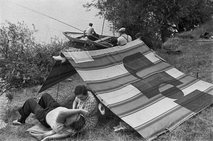 Henri Cartier-Bresson, Premiers congés payés le long de la Marne, France, 1936. © Henri Cartier-Bresson/Magnum Photos.