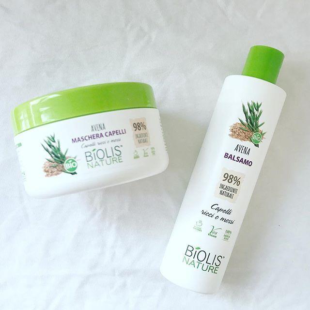 Ultimamente i miei capelli, soprattutto le punte, sono abbastanza secchi. Per questo oggi che ho un po' più di tempo me ne prendo cura con questi prodotti di Biolis Nature. Prima impacco pre-shampoo con la maschera e poi dopo il lavaggio applico il balsamo. Entrambi i prodotti fanno parte della linea all'avena dedicata a capelli ricci o mossi, si trovano da @tigota_official 🌸 . . #biolisnature #balsamo #shampoo #haircare #haircareroutine #tigotà #capelliricci #avena #buoninci #hair #organic…
