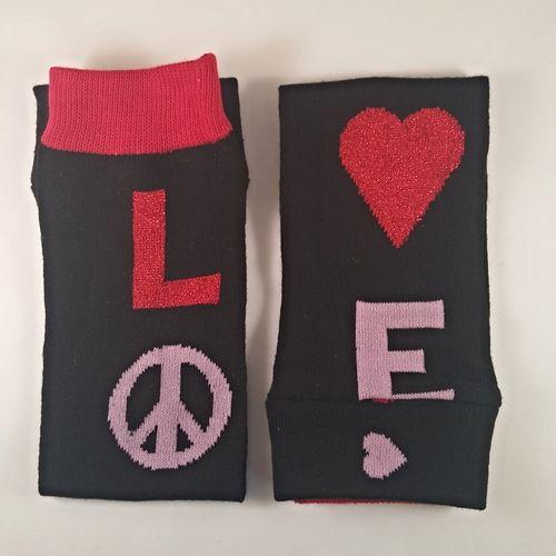 Håndlavet baby leggings! Gør bleskifte lettere, da du ikke skal have bukser/leggings/strømpebukser af først, men bleen er fri. Beskytter dit barns ben og knæ når de kravler. Det er mere behageligt for dit barn at kravle på hårde overflader. Holder dit barns ben varme uden de har følelsen af stramme leggins eller strømpebukser. Dit barn kan bruge dem sammen med bodies, kjoler, nederdele eller shorts.