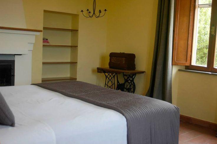 Gele Slaapkamer: Mooie sfeervolle 2-persoons slaapkamer op de 1e verdieping met openhaard.