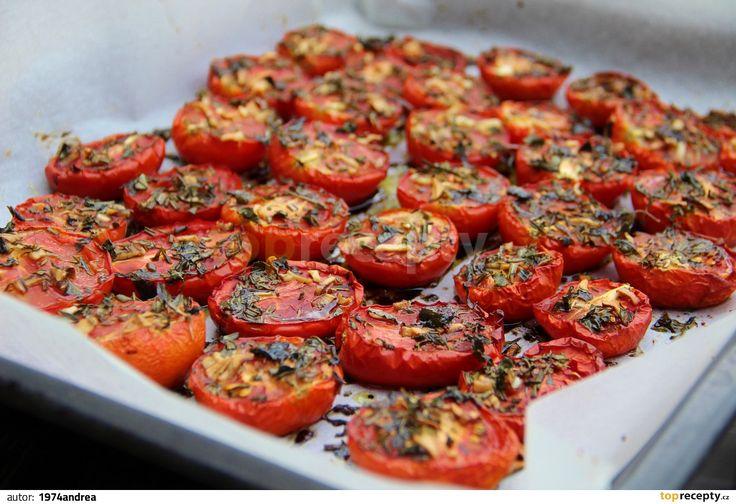 Troubu si předehřejeme na 150 st.C. Plech vymažeme olivovým olejem a poklademe rozpůlenými rajčaty řezem nahoru. Na každou polovinu rajčete...