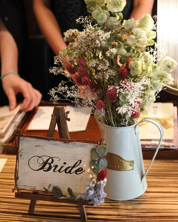 お手伝いシリーズ #受付サイン . . ウェルカムボードとお揃いの受付サイン 会場に馴染んでいてホッとしました ポイントはクラッキング加工でアンティーク感をちょっと出しているところです♡ イーゼルも枝で作ったフレームと色を合わせてウォルナットに . . #結婚式DIY #erkdiy #花嫁DIY #日本中のプレ花嫁さんと繋がりたい #farnyレポ #ウェディングニュース #marry #marryxoxo #muse5cco #受付 #ドライフラワー #ウェルカムスペース