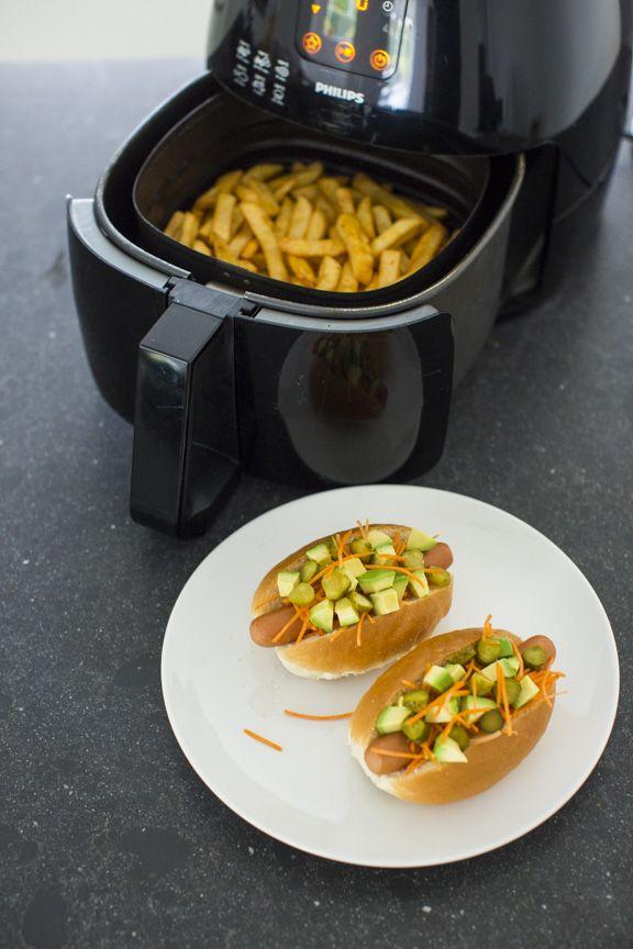 Frieten zijn al lekker, maar je kunt ze nog een tikje lekkerder maken door er je eigen kruiden aan toe te voegen. In deze blog deel ik het recept voor mijn chili knoflook frieten en maak ik lekkere hotdogs voor on te side. Echt genieten dit! Voor dit recept zijn de Robuust gesneden Friet van …