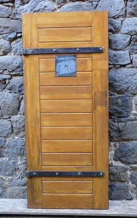 Vortreten, bitte! Ihr seht hier eine durch uns restaurierte, original Gefängnistür aus dem alten Gefängnis in Frankfurt-Höchst. Die Tür passt perfekt bei euch in den Weinkeller, in eure Kanzlei oder auch in den Eventkeller. Ihr habt mehrere Zugänge und möchtet gerne mehrere dieser Türen bei euch verbauen? Kein Problem! Die Tür ist 191cm hoch und 81 cm breit. Hinten besteht sie aus Eisen und vorne aus Holz. Natürlich haben wir die Originalkloben aufbewahrt. So, jetzt ist aber erstmal…