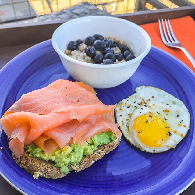 We all have that one meal we look forward to each week that we absolutely DO NOT share! Lol Here's mine! Smoked salmon + Ezekiel toast + avocado + egg + oatmeal with cinnamon & berries. I prepared this meal in 5 minutes on Snapchat (@fitmencook) today. And since it's easy to make, I don't worry about making it each week. What's your meal that you do not share? #iwishsomeonewouldtryit # Boom. (traduccion abajo) --------- Todos tenemos una comida que queremos cada semana y NO compartimos! Aquí…