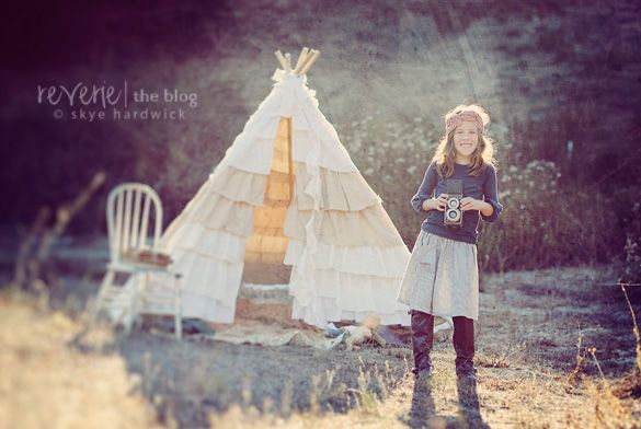 Luv the teepeeProps Ideas, Ruffles Tents, Ruffles Tees, Vintage Cameras, Ruffles Teepees, Chairs Teepees, Outdoor Sets Up Teepees, Teepees Vintage, Children Photography Tents