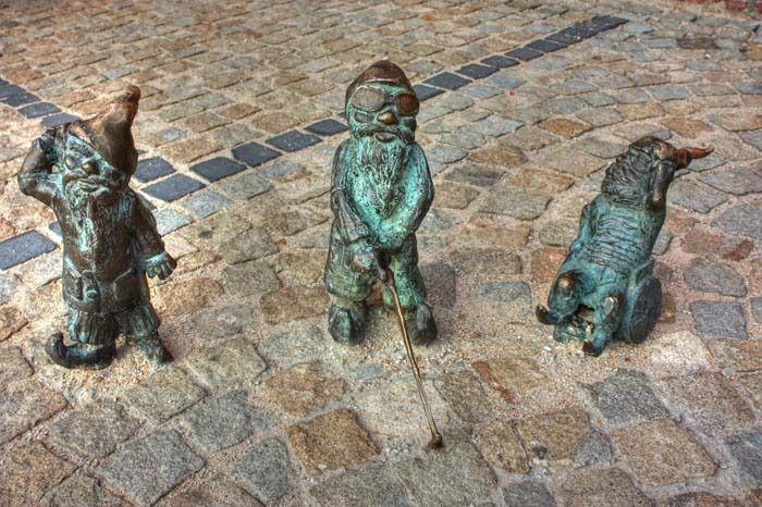Ces trois, l'un sourd, l'autre aveugle et le dernier, handicapés, sont les seuls nains, avec Papa krasnal, qui furent placés officiellement par la mairie - Photo © Klearchos Kapoutsis - Flickr.com #Pologne