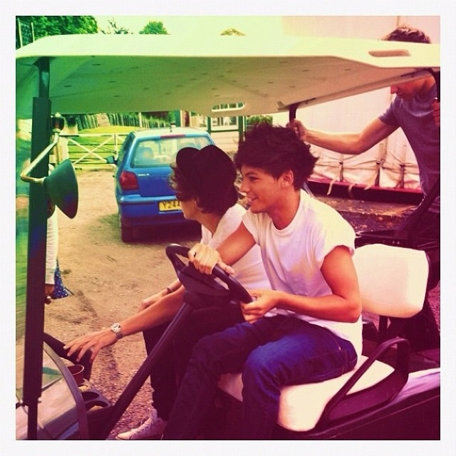 Harry and Louis at the photo shoot today :)