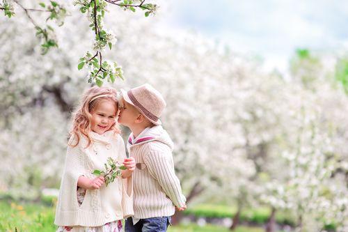 První květnový den byl dříve spojen s povinnou účastí na prvomájovém průvodu s mávátky. Dnes se naštěstí v tento den navracíme k tradici stavění májek a políbení pod rozkvetlým stromem. Na toto tradiční políbení opravdu nezapomeňte - díky němu bude políbená žena či dívka příští rok krásná a přitažlivá.
