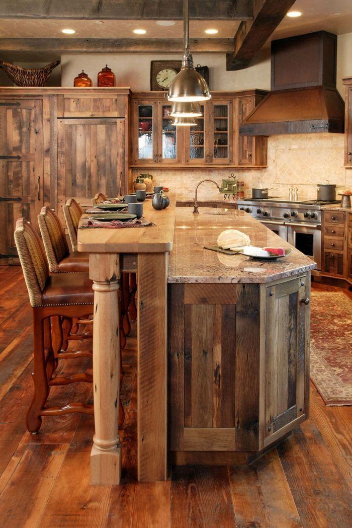 decoracion rustica, cocina de madera rústica con barra alta, sillas tapizadas, campana extraxtora