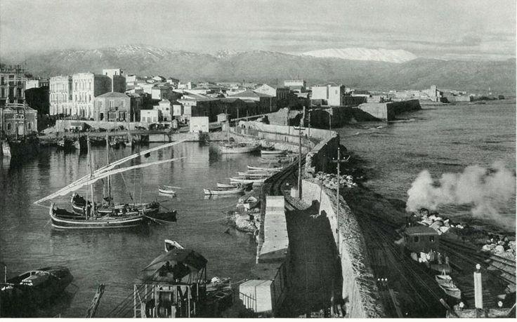 Η σιδηροδρομική γραμμή από τον Κούλε του λιμένος Ηρακλείου Κρήτης πήγαινε έως το λατομείο Εσταυρωμένου στον Ξηροπόταμο,μετρικού εύρους και μήκους 6 χιλιομέτρων, εντός της πόλεως του Ηρακλείου, λειτούργησε από το 1922 έως το 1937,είχε χαρακτήρα βιομηχανικού σιδηροδρόμου και σκοπό τη μεταφορά λίθων για την κατασκευή του λιμανιού του Ηρακλείου.
