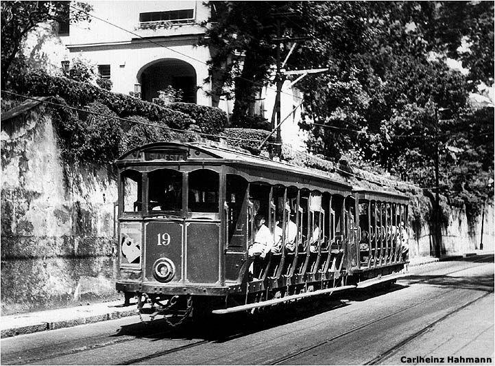 """Em 1872, surgiria o bonde que se tornou o símbolo do bairro, subindo a Rua Almirante Alexandrino. Inicialmente, o bonde era verde, mas passou a ser pintado de amarelo após reclamações de moradores que diziam que o bonde """"sumia"""" em meio à vegetação do bairro[carece de fontes. O bonde vai do bairro ao Centro da cidade através dos Aqueduto da Carioca desde 1896, quando fez sua primeira viagem."""
