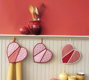 Use this cute sewing project to make heart shaped pot holders, perfect for Valentine's Day or for giving as a gift to the one you love.