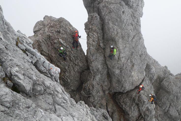 Der Königsjodler gehört nicht zu den neuen sportlichen Klettersteigen. Vielmehr fordert er mit dem hochalpinen Umfeld den erfahrenen und ausdauernden Klettersteiggeher heraus ... so wie das Team vom #Klettershop der-ausruester.de #Klettersteig #Climbing #Klettern