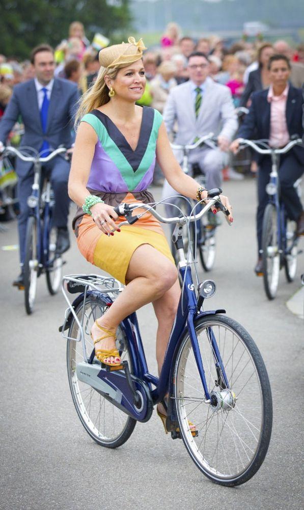 "La reina de Holanda en bicicleta!!!!! …..como nos gusta que ""algunas"" familias reales lo hagan. Máxima, cuando quieras estás invitada a nuestro bike tour :)   De koningin van Nederland op de fiets!!!!....wie zien graag dat sommige koninklijke families dit doen. Máxima, als je wilt ben je uitgenodigd voor een fietstour :)  The queen of the Nederlands on a bike!!!. We love that ""some"" Royals do it. Maxima, you are invited to our bike tour!! :)"