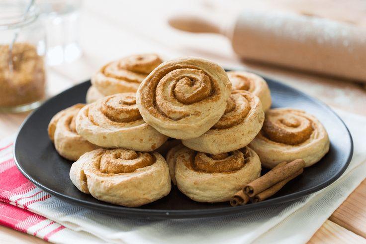 Heerlijke cinnamonrolls! Luchtig brooddeeg met boter, suiker en specerijen geeft een heerlijk traditioneel zacht kaneelbroodje.