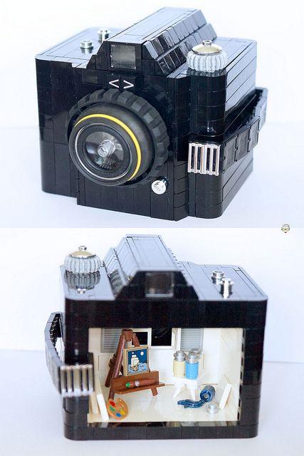 Macchina fotografica con all'interno un piccolo laboratorio di pittura LEGO